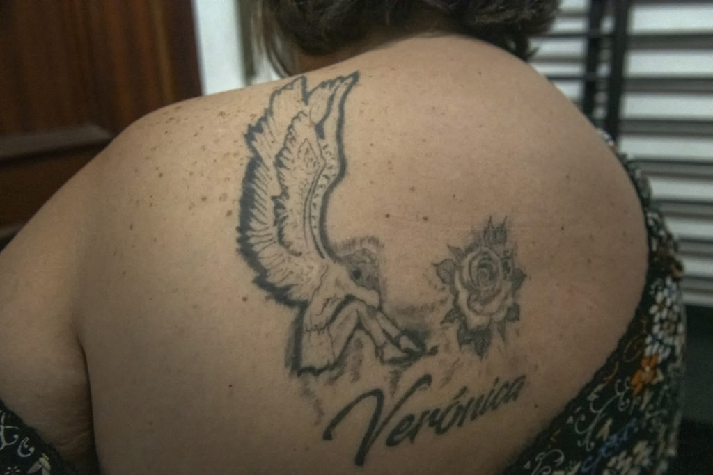 Toñi se ha tatuado en la espalda un ángel alado, una rosa el nombre de su hija, Verónica.